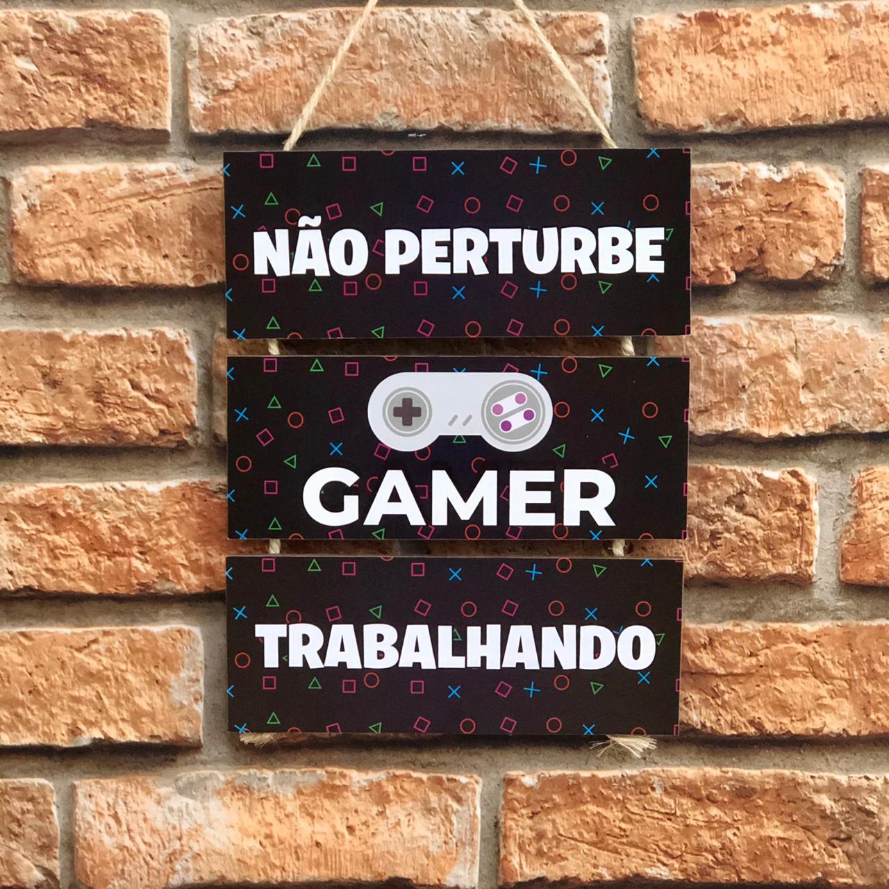 """Placa Decorativa com Cordão """"Não Perturbe Gamer Trabalhando..."""""""