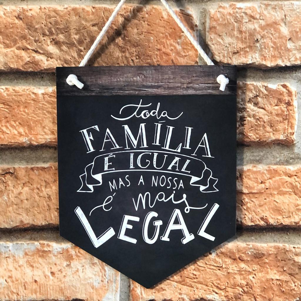 """Placa Decorativa com Cordão """"Toda família..."""""""