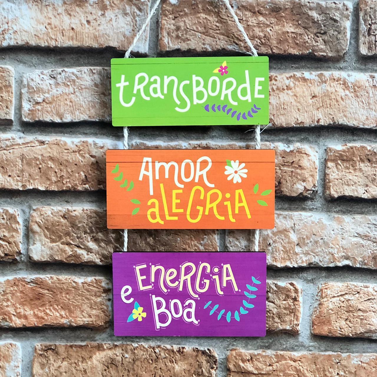 """Placa Decorativa com Cordão """"Transborde Amor, Alegria e Energia Boa"""""""
