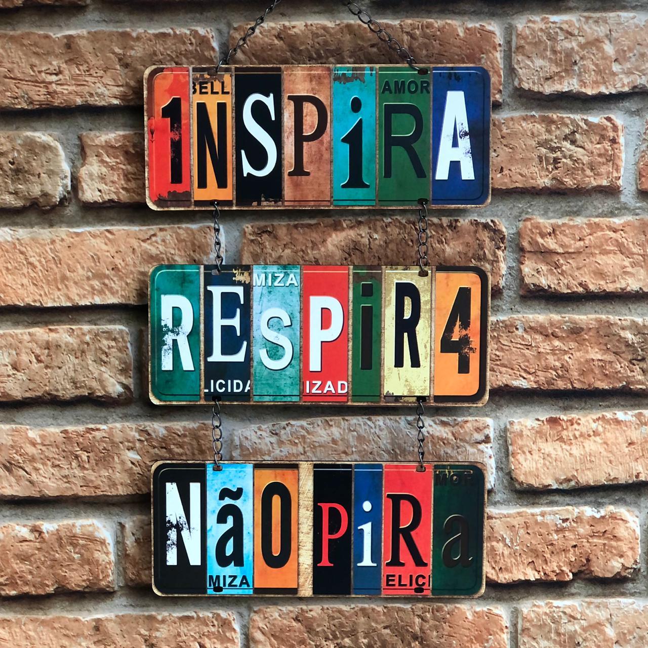 """Placa Decorativa com Corrente """"Inspira, Respira, Não Pira"""""""