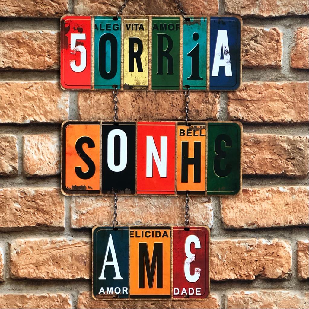 """Placa Decorativa com Corrente """"Sorria, Sonhe, Ame"""""""