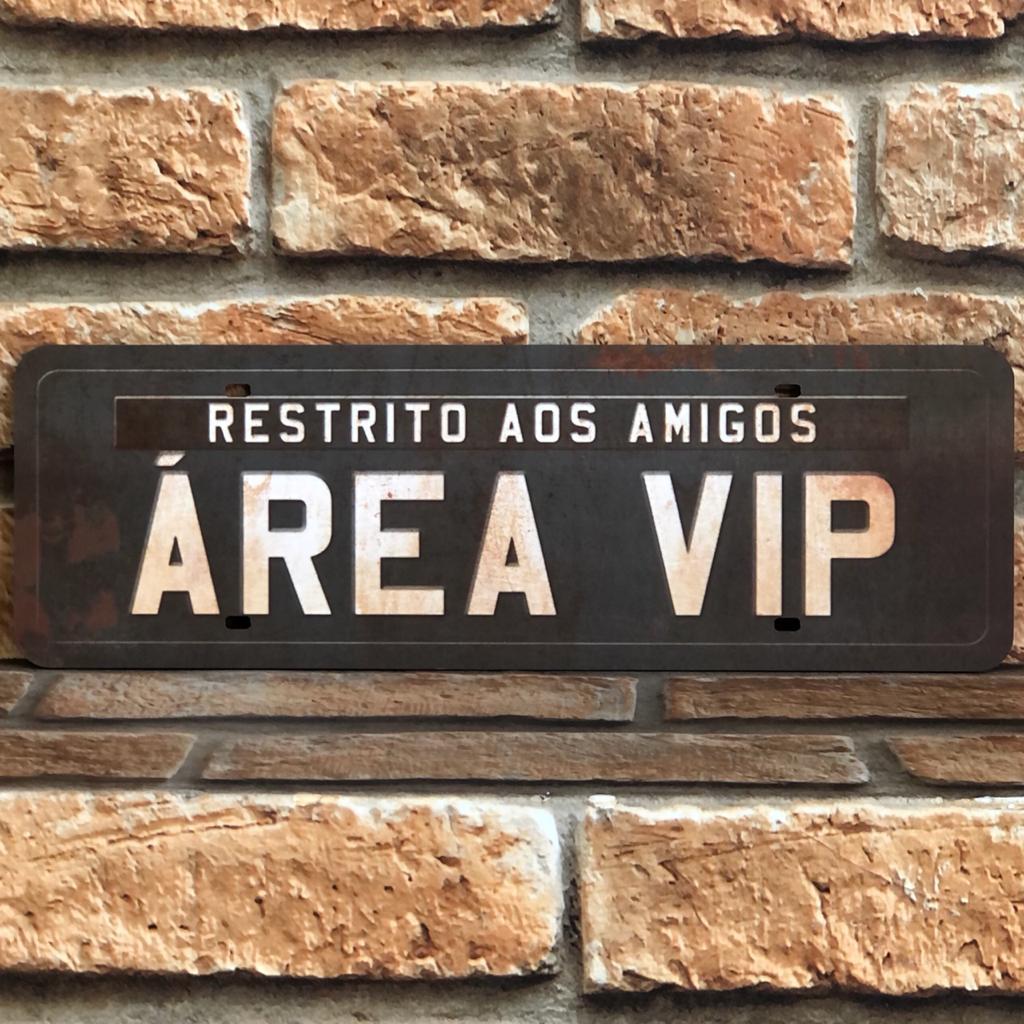 """Placa Decorativa Retangular """"Restrito aos Amigos, Área Vip''"""