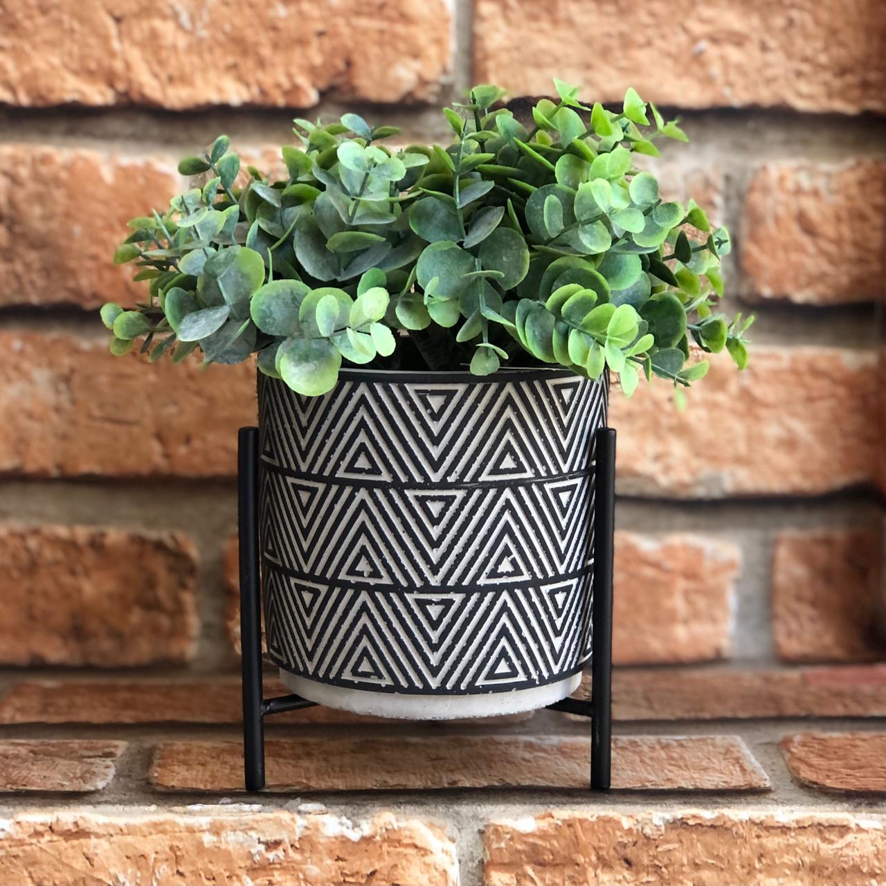 Vaso Decorativo Tribal de Cimento com Suporte Metal
