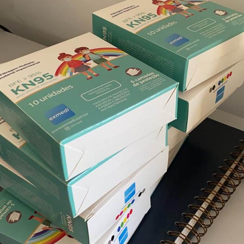 Máscara KN95 / PFF2 / N95  infantil azul colorida - caixa 10 unidades 5 camadas meltblow BFE 98% + feltro de coton + tnt spunbond hospitalar hipoalergenico