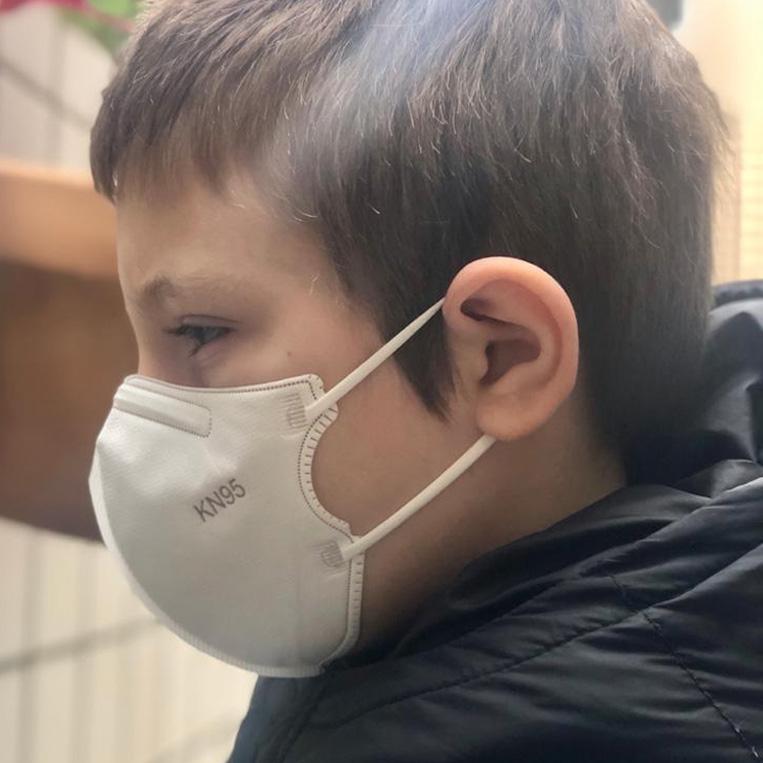 Máscara PFF2 / N95 / KN95 infantil cinza colorida - caixa 10 unidades 5 camadas meltblow BFE 98% + feltro de coton + tnt spunbond hospitalar hipoalergenico