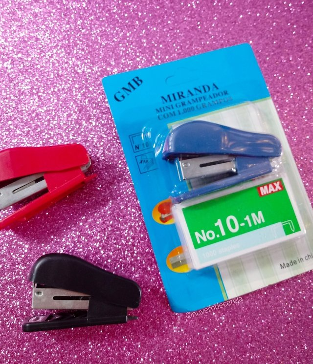 Mini grampeador com 1000 grampos  - Nuvem de Cereja