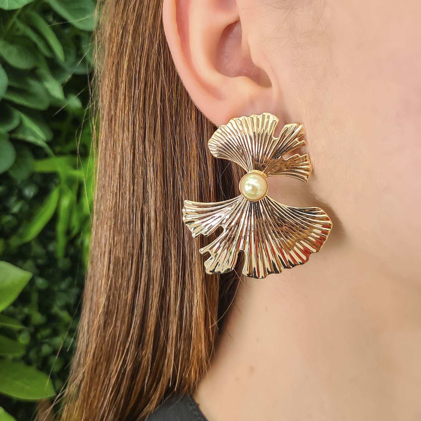 Brinco flor com pérola central banhado a ouro 18k
