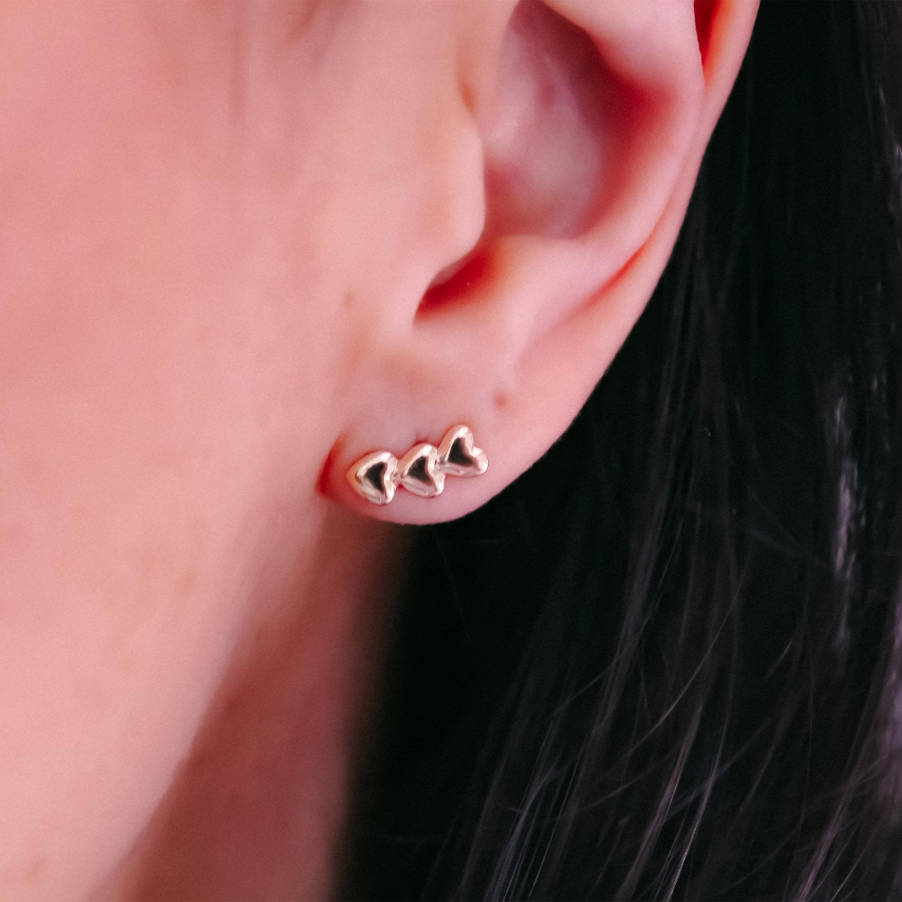 Brinco mini ear cuff corações banho de ouro 18k
