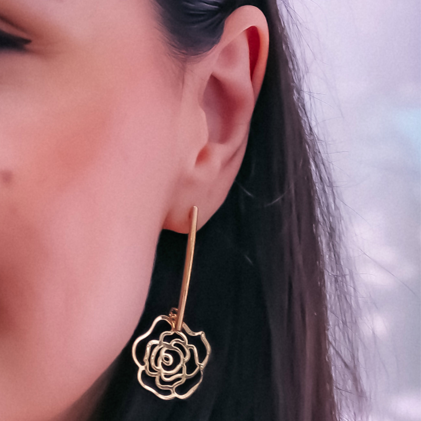 Brinco palito flor banho de ouro 18k BLACK