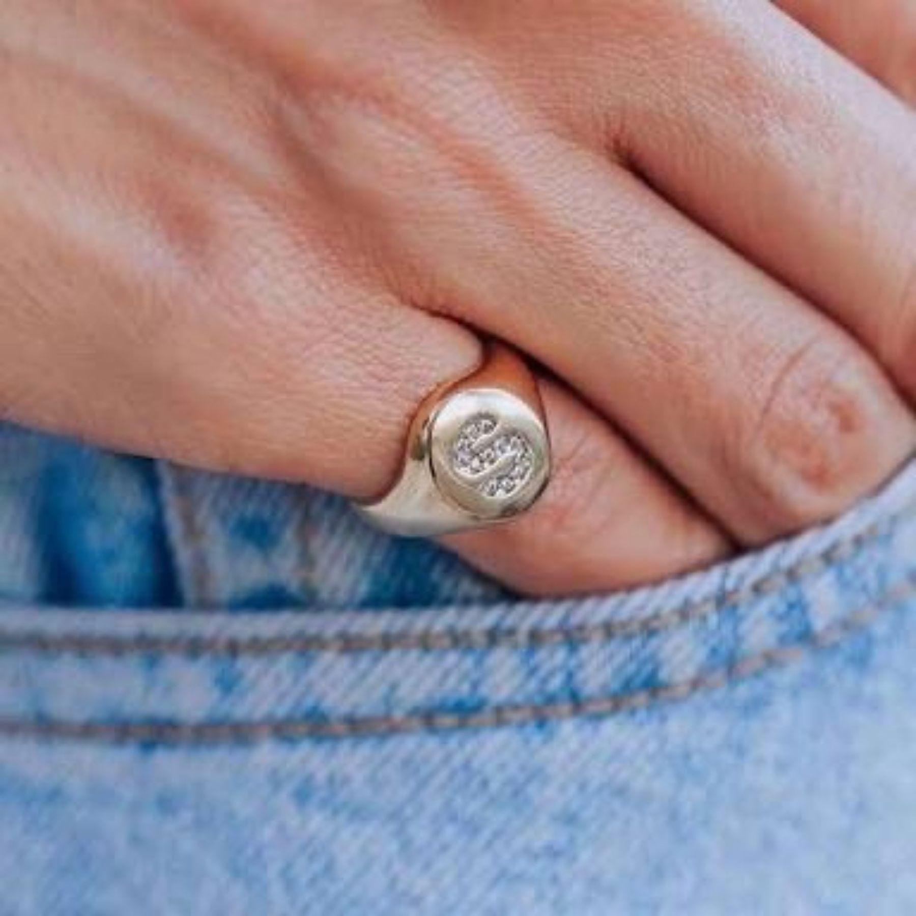 Anel de dedinho regulável com letra cravejada em zircônias cristal banhado a ouro 18k