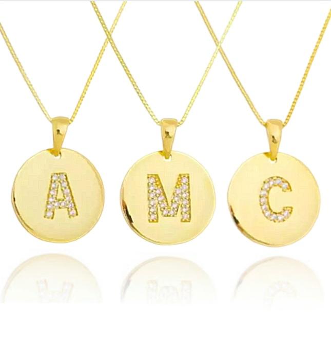 Colar medalha circular banhado a ouro 18k com letra central cravejada em zircônias cristal