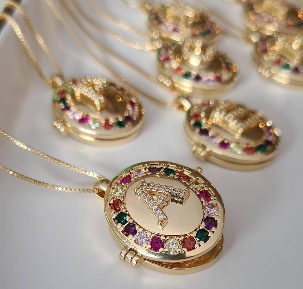 Colar relicário oval banhado a ouro 18k personalizado com letra central cravejada em zircônias cristal e coloridas ao redor da medalha + foto de presente