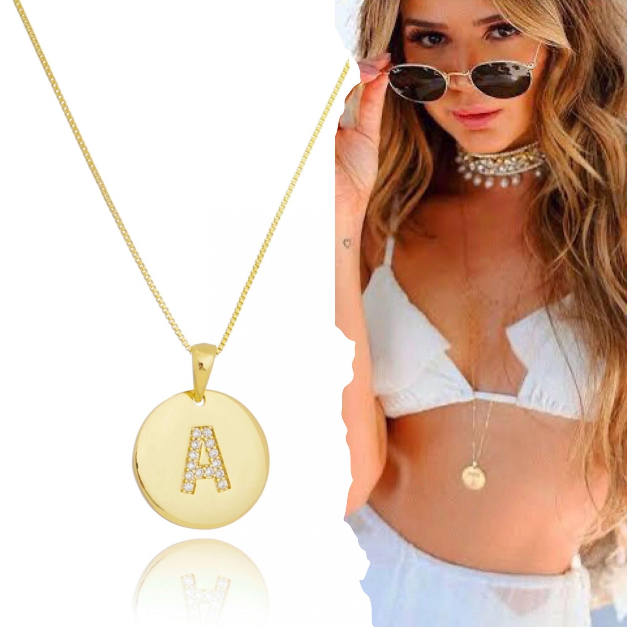 Personalize com a letra do seu nome -  Colar longo de letras com medalha  cravejado de zircônias folheado em ouro 18K