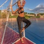 Calça Jeans Jogger Feminina Preta com Brilho e Recorte Lateral