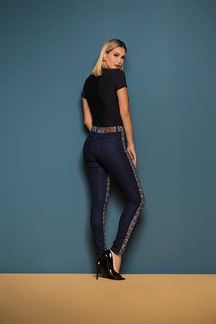 Calça Jeans Feminina Azul Escuro Cigarrete com Frente Estampada de Onça