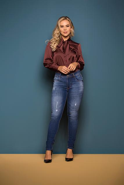 Calça Jeans Feminina Azul Médio Cigarrete Básica Com Puídos