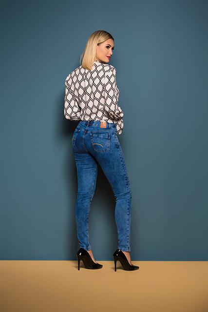 Calça Jeans Feminina Azul Médio Cigarrete Com Recortes Frontais