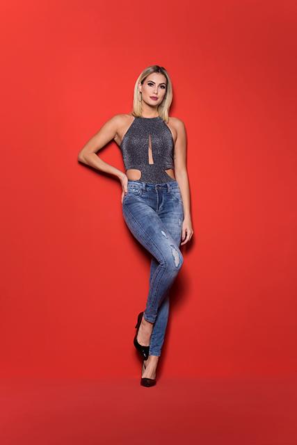 Calça Jeans Feminina com Bojo no Bumbum Azul Claro Destroyed