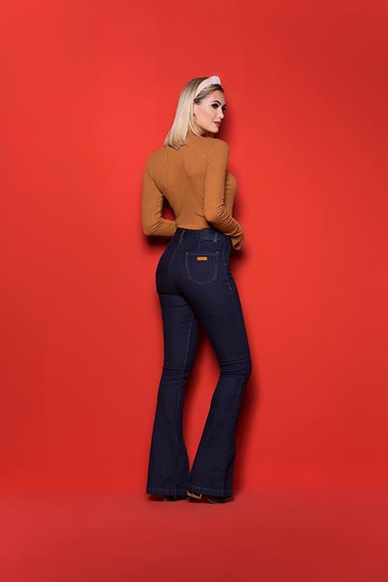 Calça Jeans Feminina Flare Azul Escuro com Cinto e Barra Aberta