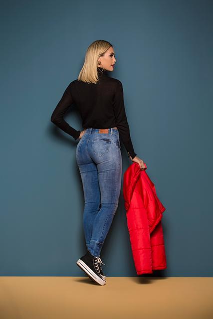 Calça Jeans Feminina Levanta Bumbum Azul Clara com Detalhe na Barra