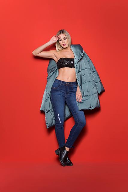 Calça Jeans Feminina Levanta Bumbum Azul Médio com Laço na Barra