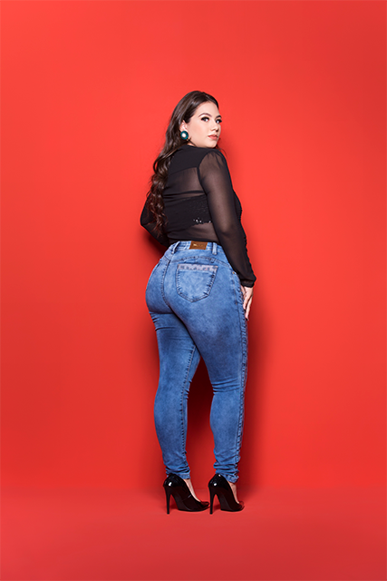 Calça Jeans Feminina Plus Azul Médio com Lateral de Onça