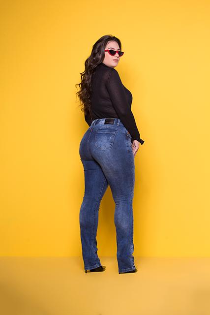 Calça Jeans Feminina Plus Azul Médio Reta