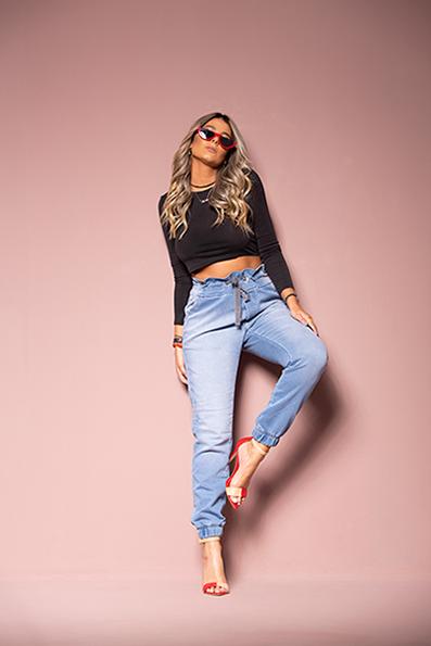 Calça Jeans Jogger Feminina Azul Claro com Detalhe no Cós