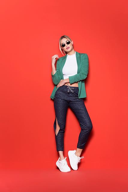 Calça Jeans Jogger Feminina Azul Escuro com Brilho e Recorte Lateral