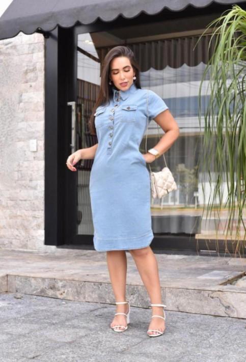 Vestido Jeans Azul Claro Lavado Com Gola Alta e botões - Bolsos Embutidos - Tubinho
