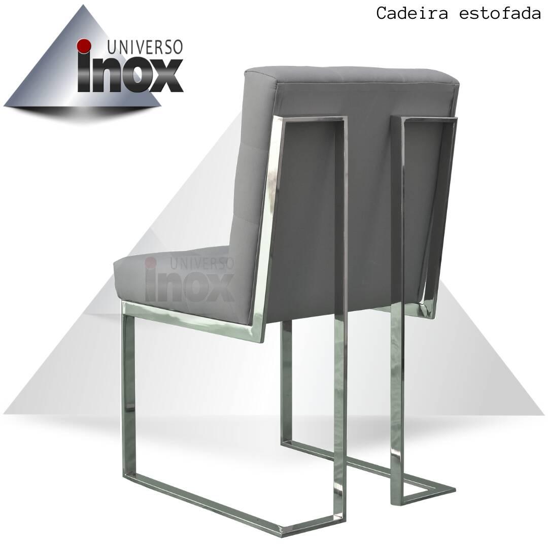 Cadeira estofada com estrutura em aço inox