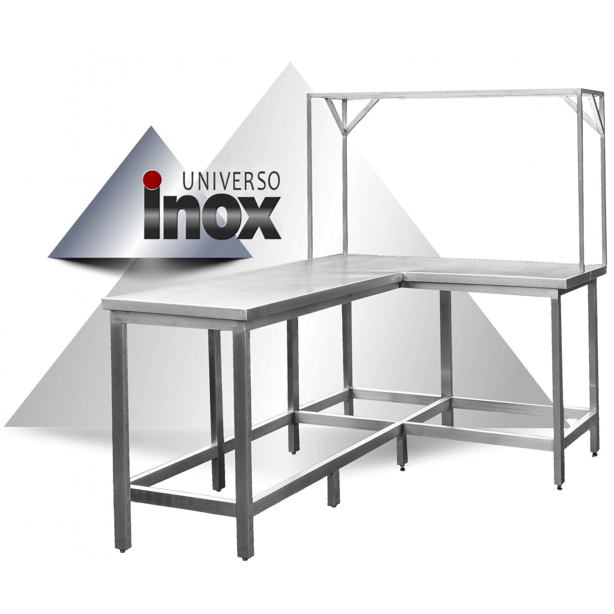 Mesa com formato em L com prateleira sobreposta