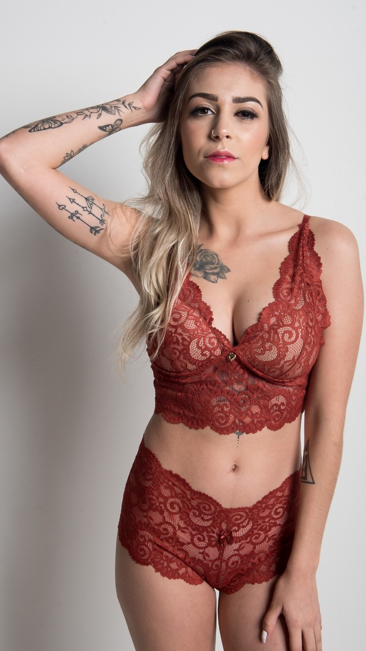 Conjunto de lingerie com cropped e calcinha em renda