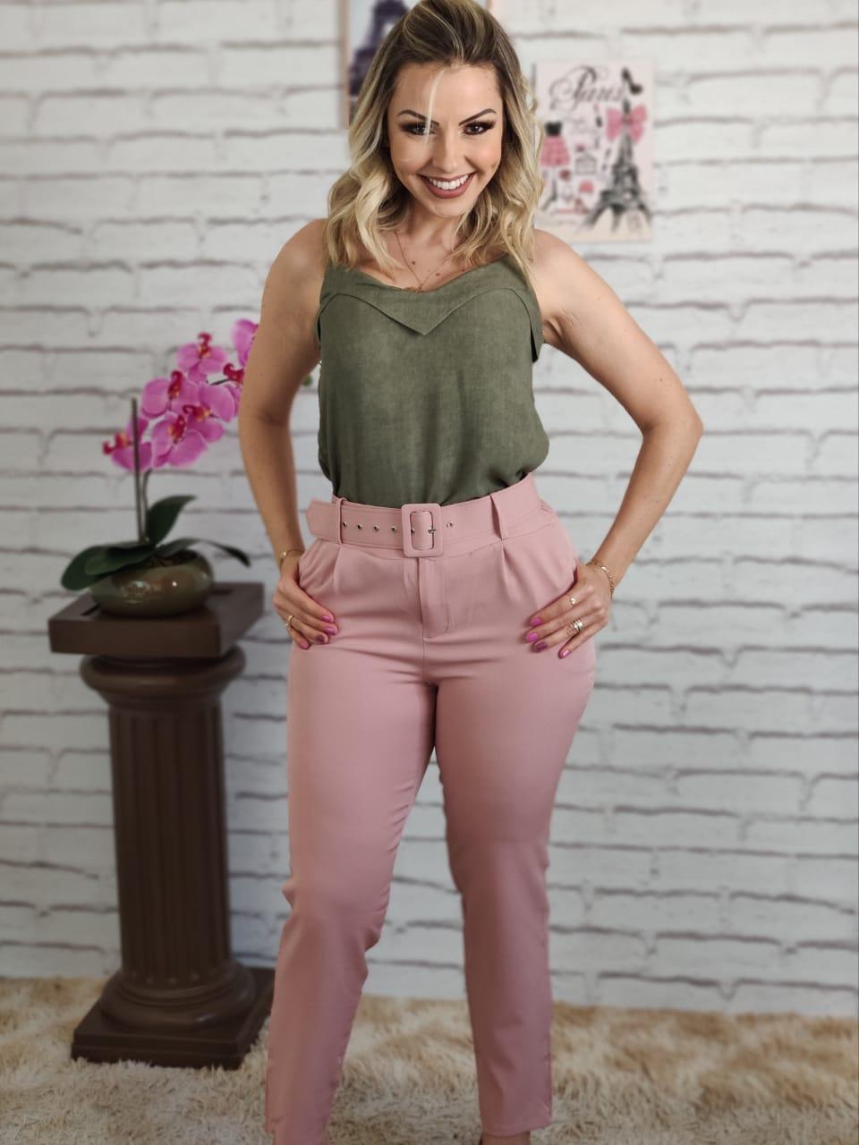 Blusa Alça Detalhe Colo Verde + Calça Skinny Cinto Encapado Rosa