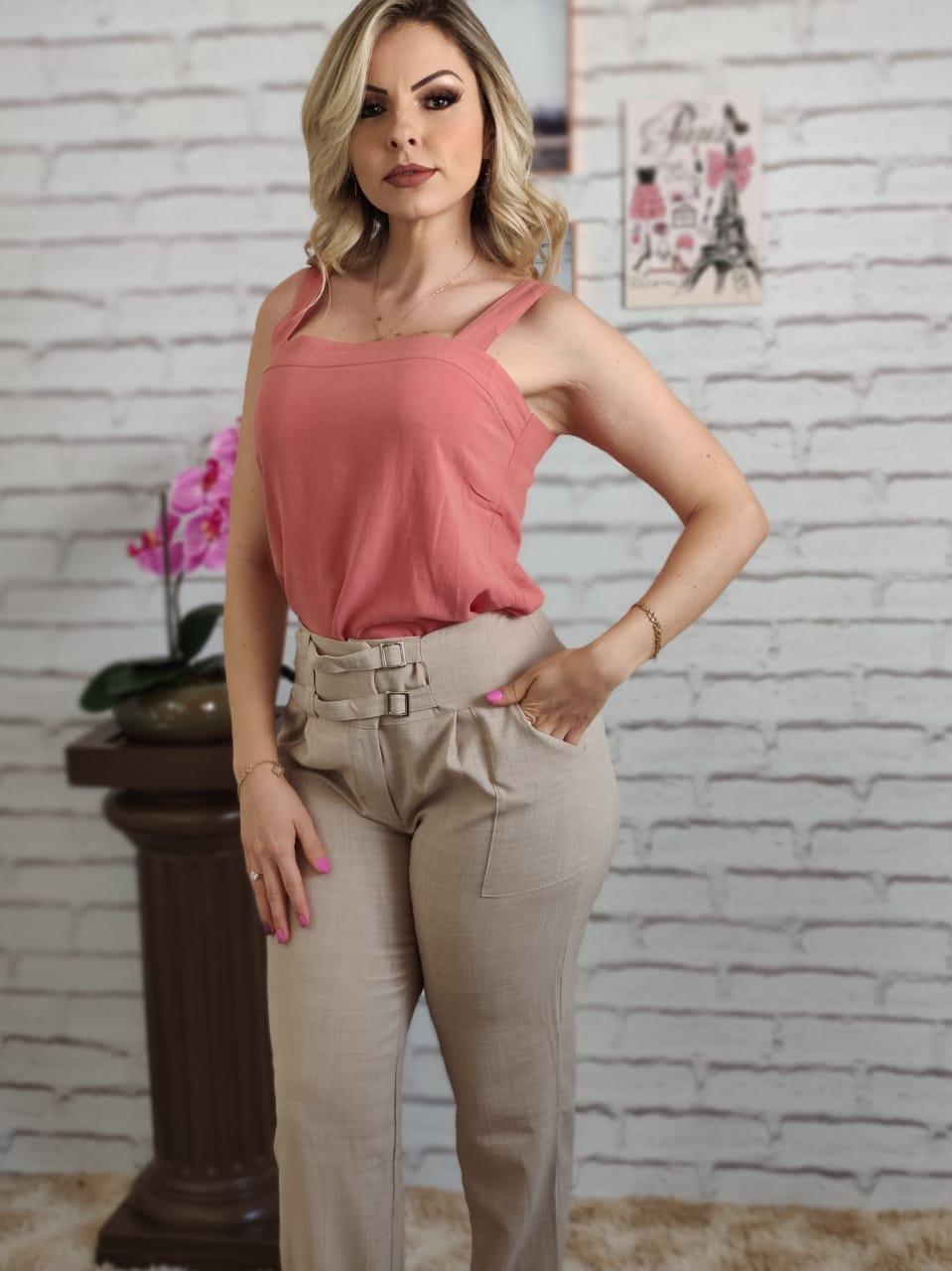 Blusa Alça Larga Lisa Rosa + Calça Skinny Detalhe Fivelas Frontais Bege
