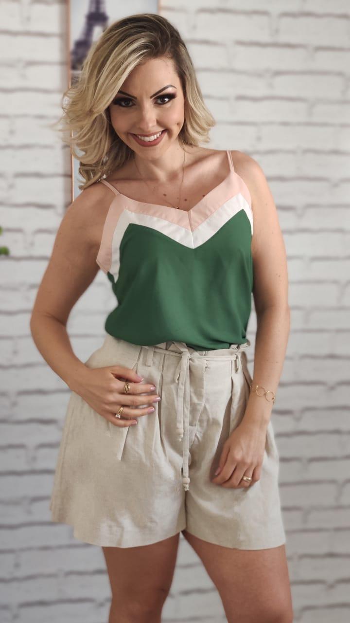 Blusa Alça Tricolor Verde Escuro + Shorts Gode Plissado Bege