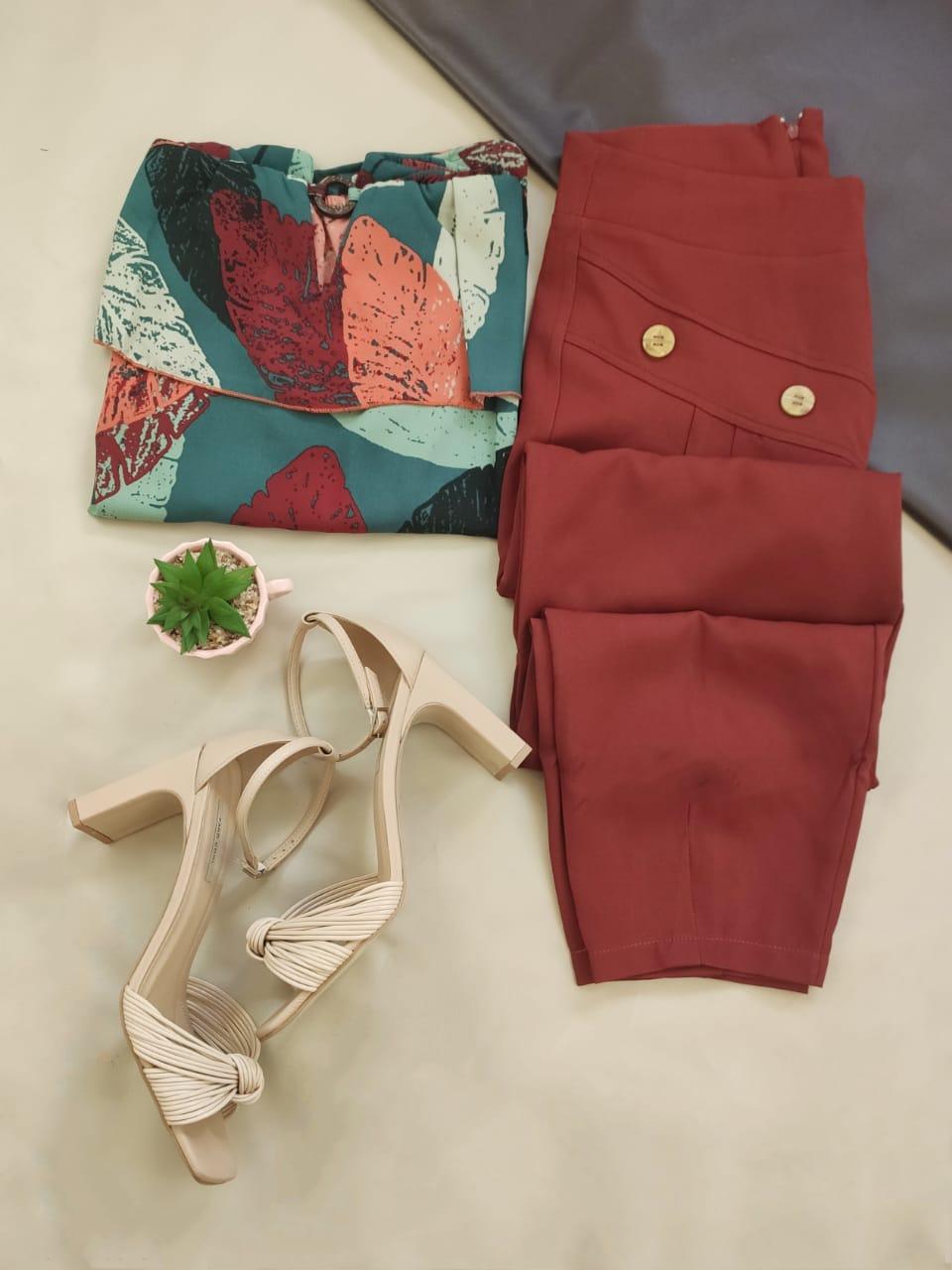 Blusa Ciganinha Argola Estampada Verde + Calça Skinny Botões Frontais Vermelho Escuro