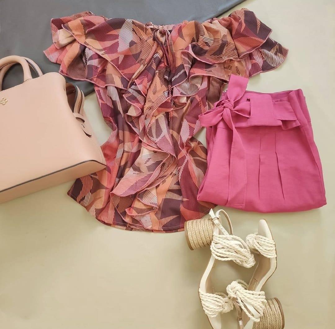 Blusa Ciganinha Babados Estampada Vinho + Calça Skinny Detalhe em Cinto Rosa