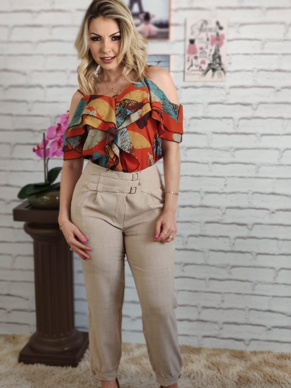 Blusa Ciganinha Ombro Vazado Babados Estampada Laranja + Calça Skinny Detalhe Fivelas Frontais Bege