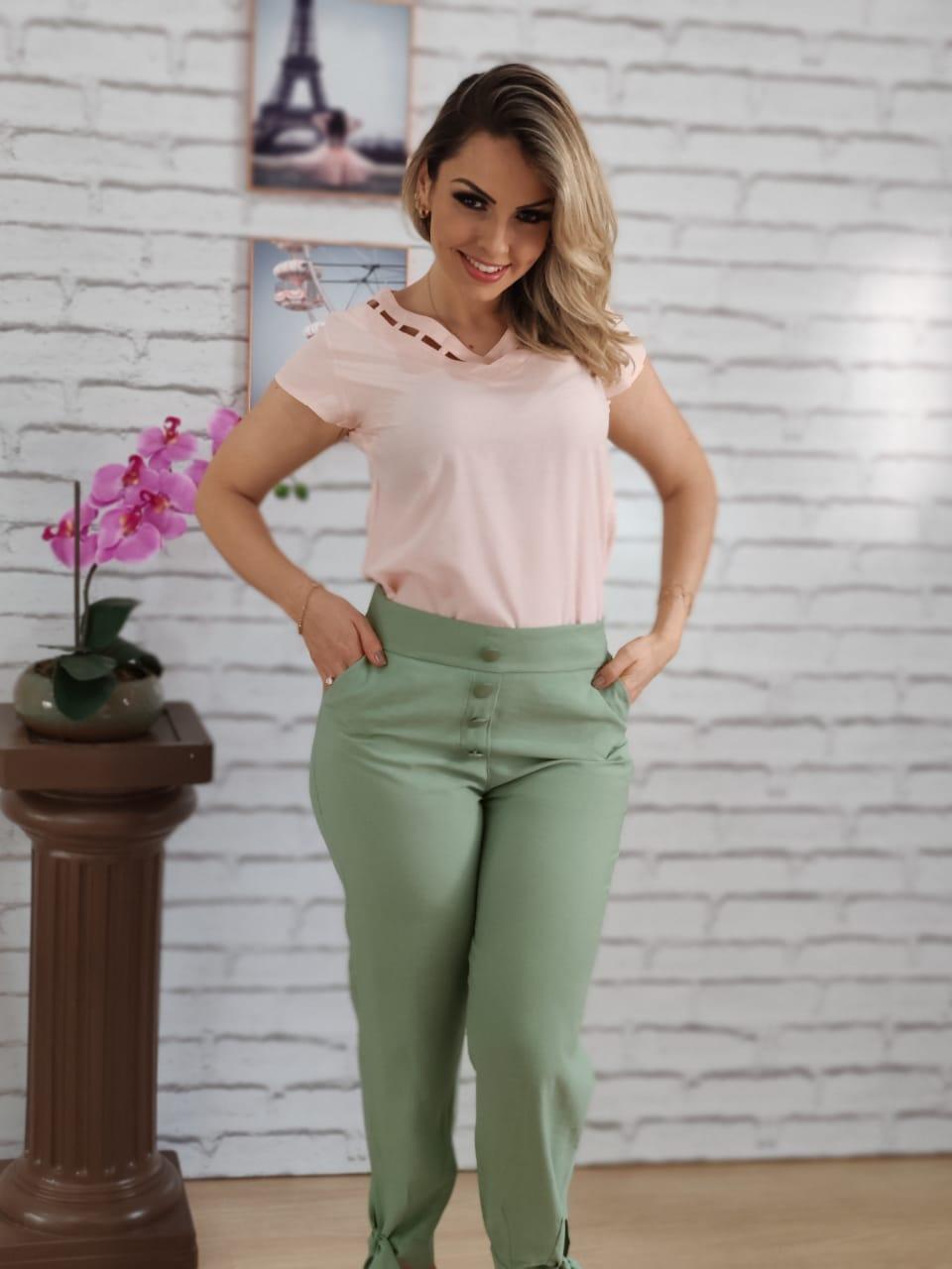 Blusa Manga Curta Detalhe Abertura Colo Rosa + Calça Skinny Botões Laço Barra Verde