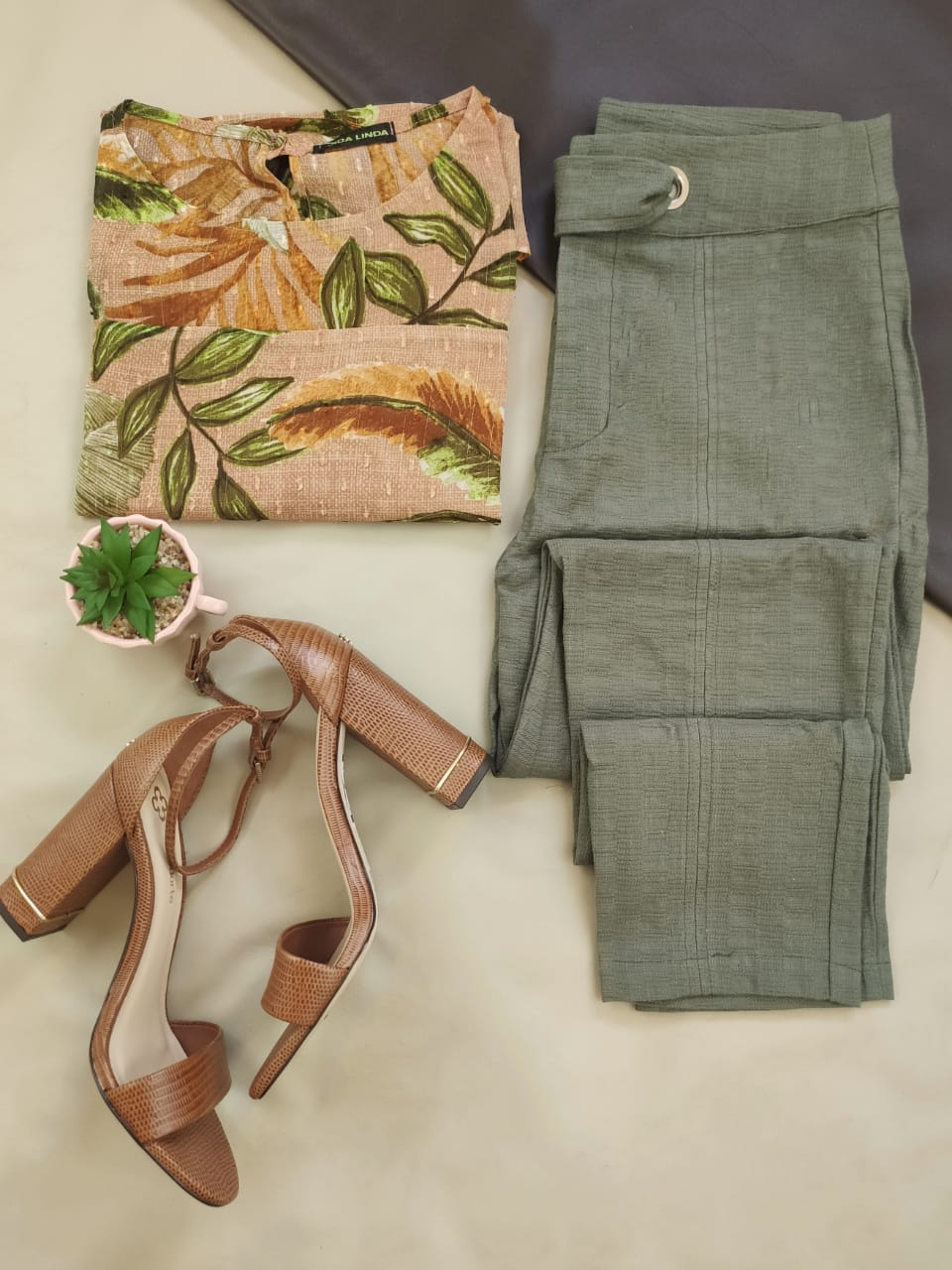 Blusa Manga Curta Estampada Floral Nude + Calça Skinny Cinto Transpassado Verde