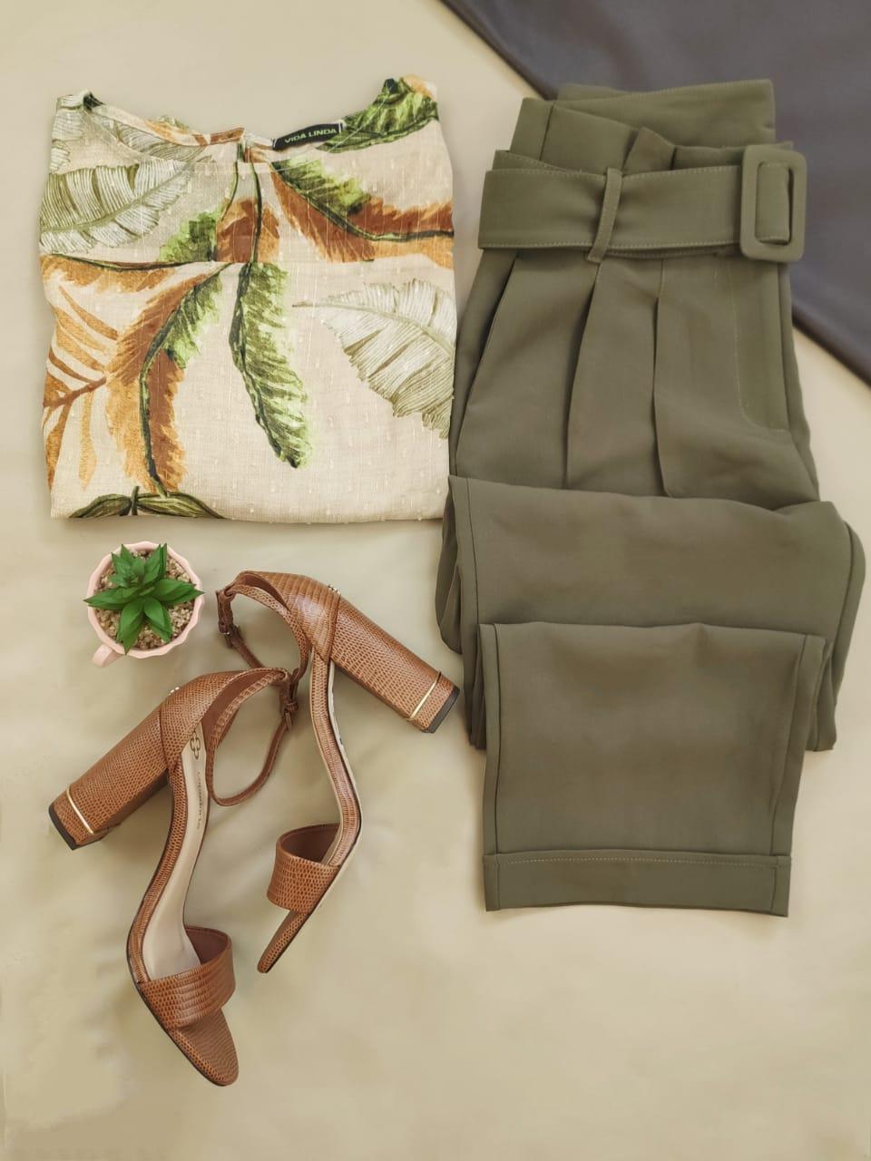 Blusa Manga Curta Estampada Floral Off White + Calça Skinny Clochard Cinto Encapado Verde