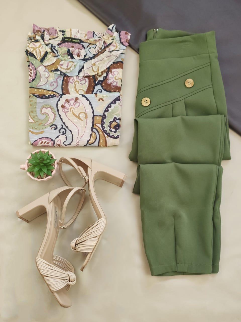 Blusa Regata Babados Gola Estampada Rosa + Calça Skinny Botões Frontais Verde