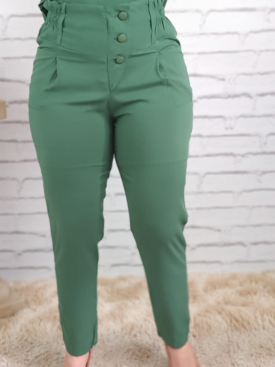 Calça Skinny Detalhe Elástico e Botões Verde