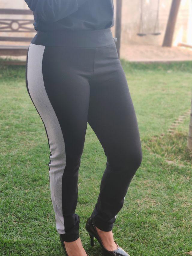 Calça Skinny em Moletinho Preta com Mescla Cinza