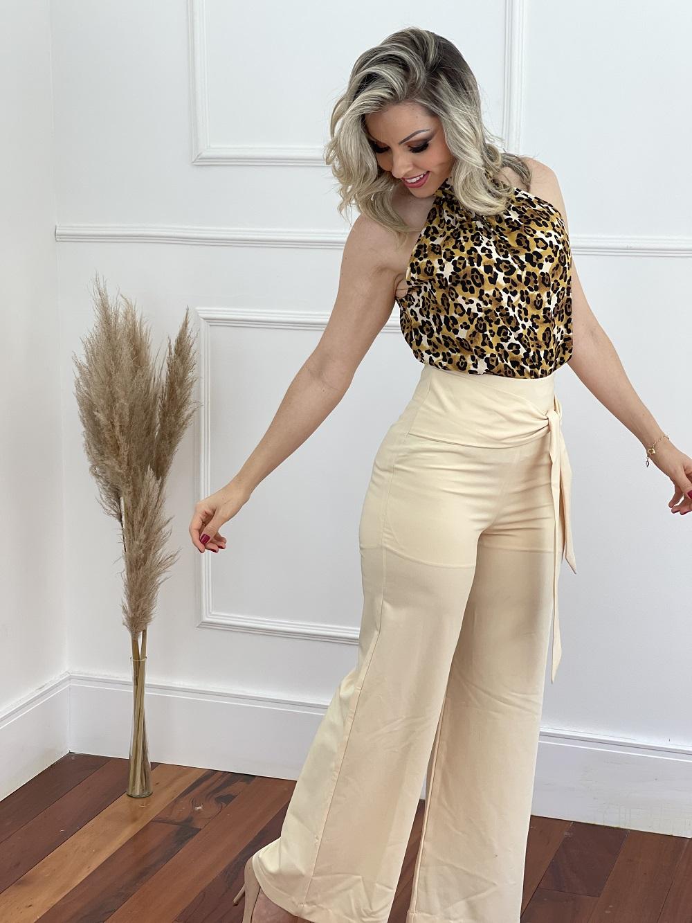 Conjunto: Blusa Cava Americana Gola Alta Estampada Animal Print + Calça Pantalona Detalhe Amarrar Bege