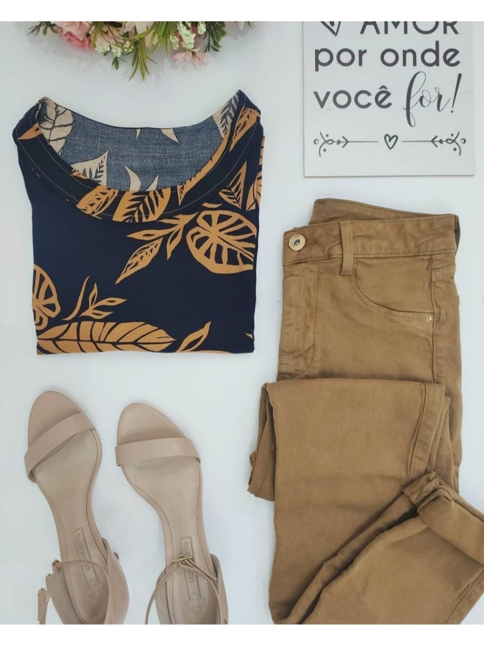 Look: 1 Blusa Estampada Pespontos Marinho + 1 Calça Skinny Caramelo