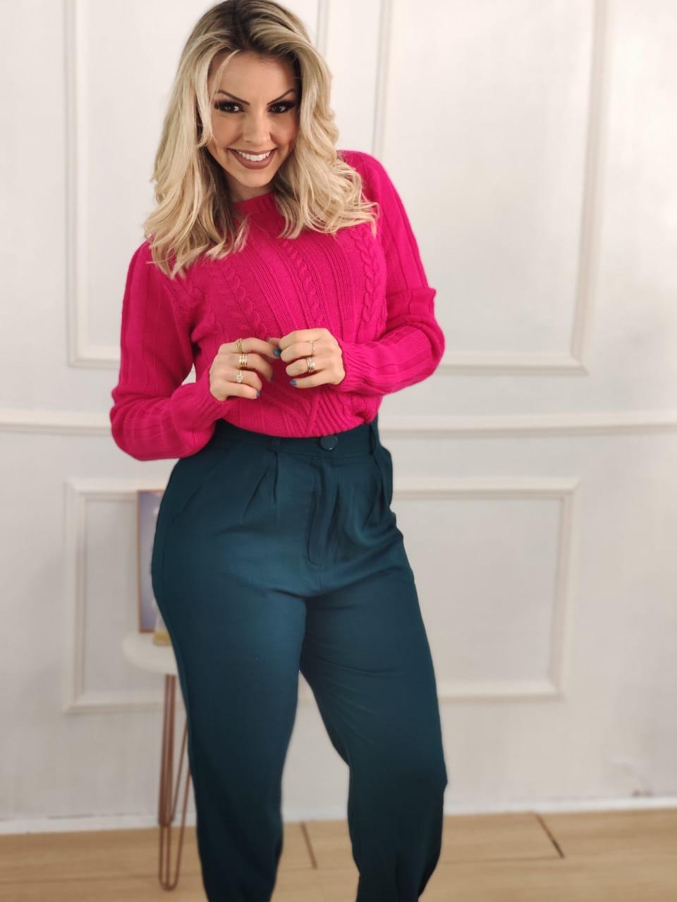 Look: 1 Blusa Tricot Max Pool Trança Pink + 1 Calça Skinny em Linho Detalhe Pregas Verde Escuro