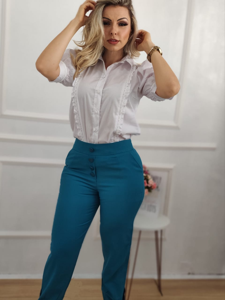 Look: 1 Camisa Manga Curta Bufante Branca + 1 Calça Skinny Laço Azul