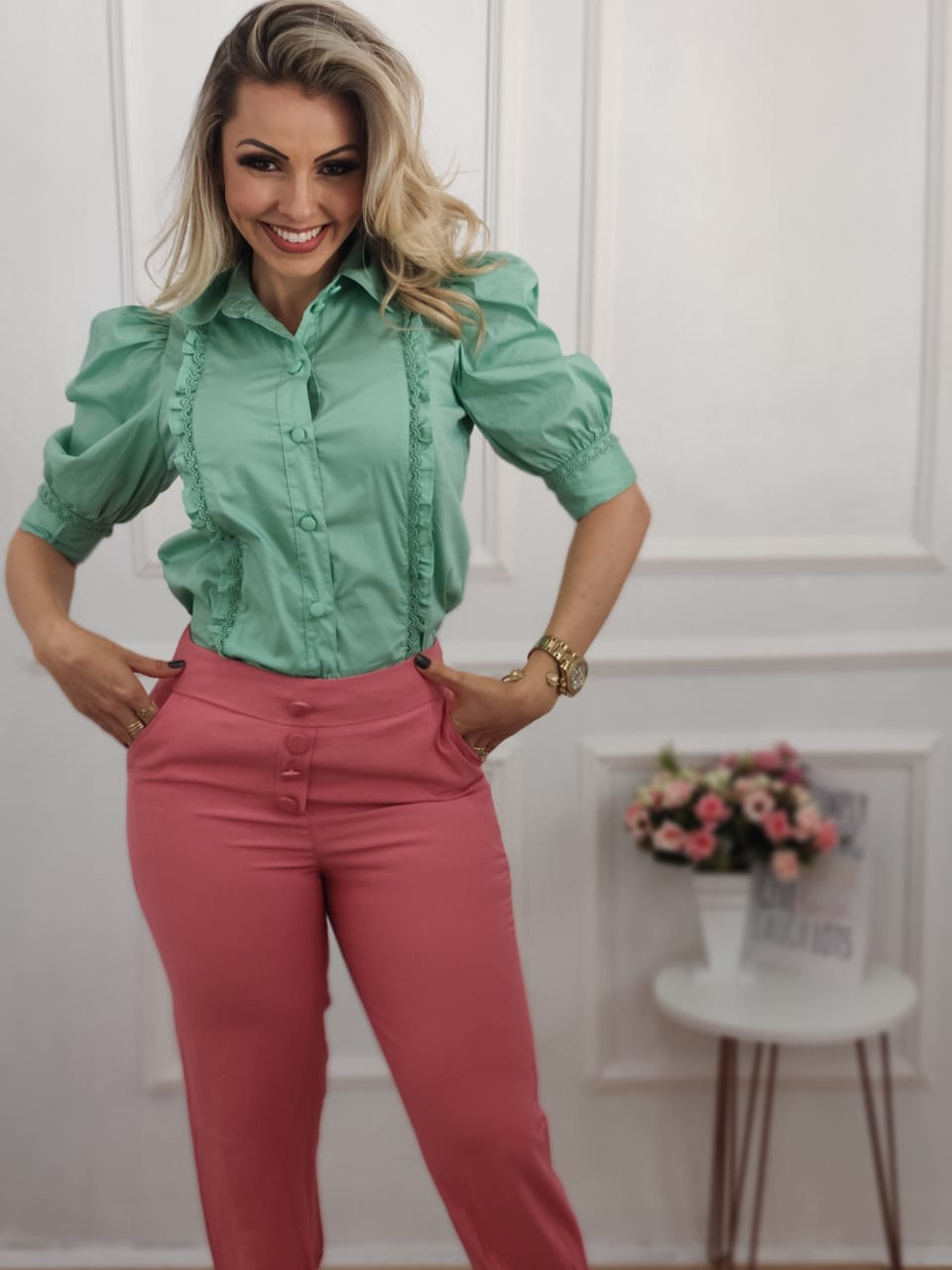 Look: 1 Camisa Manga Curta Bufante Verde + 1 Calça Skinny Laço Rosa